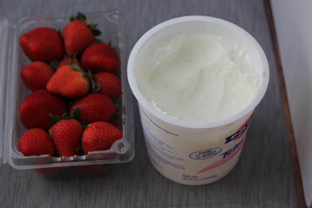 breakfast greek yogurt and berries